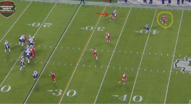 Primera interceptación a Brady. La flecha roja indica el jugador al que va dirigido el pase y el halo amarillo rodea al defensa que lo intercepta