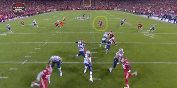 Segunda INT de Brady. De nuevo, una flecha roja señala al receptor al que quiere enviar el balón y en amarillo el defensa que la recoge.