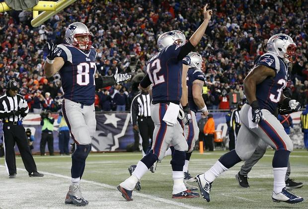 Brady (12) y Gronkowski (87) celebran la anotación de este último en la victoria de los Patriots ante Denver por 43-21 (2/11/2014). La derrota y, sobre todo, la forma en la que cayeron,  ha condicionado el resto de la temporada para los Broncos.