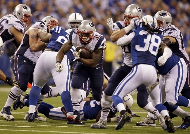 Jonas Gray (en el centro de la imagen) destrozó por tierra a los Colts en la visita de los Patriots (16/11/14). Los de Bill Belichick repitieron el mismo guión que en los playoffs de enero. Los Colts hicieron énfasis durante el verano en el objetivo de que no volviese a pasar lo que ocurrió en Foxborough