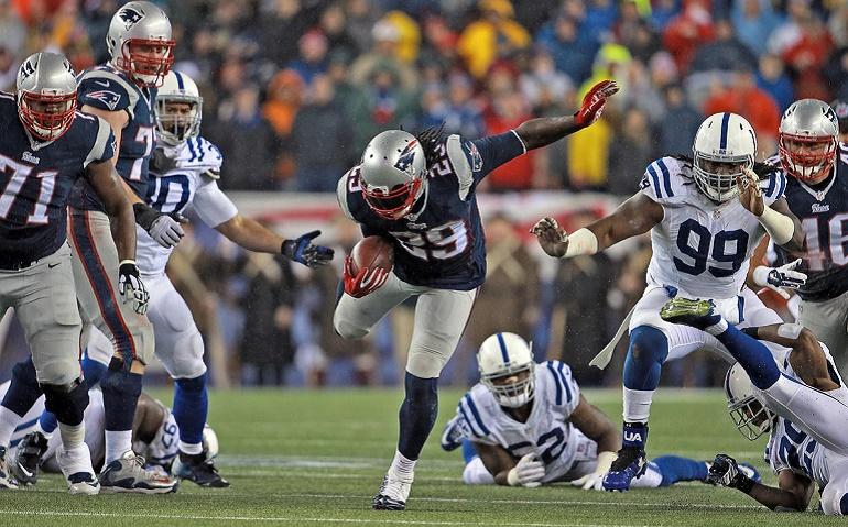 LeGarrete Blount (29) encontró huecos durante toda la noche para hacer daño por tierra a los Indianapolis Colts. Después de volver a los Patriots tras su breve periplo en Pittsburgh, Blount cumplió a la perfección con lo que pedía Belichick: seguir los bloqueos de la línea y no perder la pelota.