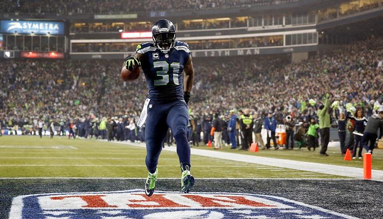 Kam Chancellor (31) retornando una interceptación de 90 yardas para touchdown. El partido del safety de los Seahawks fue sensacional.