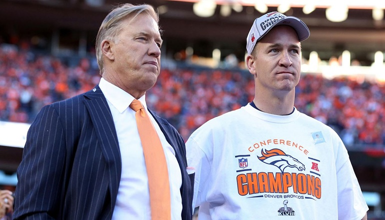 Peyton Manning (derecha) junto al general manager de los Broncos, John Elway, tras ganar el título de campeones de la conferencia Americana en 2014.