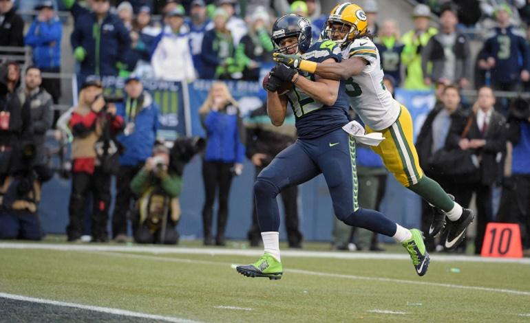 Jermaine Kearse (15) atrapa el pase de touchdown de Russell Wilson ante la defensa de Tramon Williams (38) para dar la victoria a Seattle.