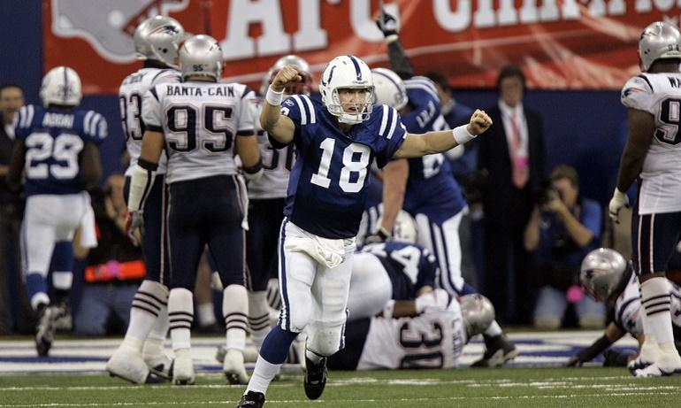 Peyton Manning (18) celebrando el touchdown de Joseph Addai (29, en la parte izquierda de la imagen) en la final de conferencia que remontaron ante los Patriots en 2007 (21/1/2007).