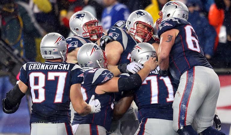 Nate Solder (en medio de  la piña) rodeado de sus compañeros tras anotar un touchdown. El tackle, acostumbrado a bloquear para dar tiempo a Brady, recibió de este su primer pase de TD el pasado domingo.