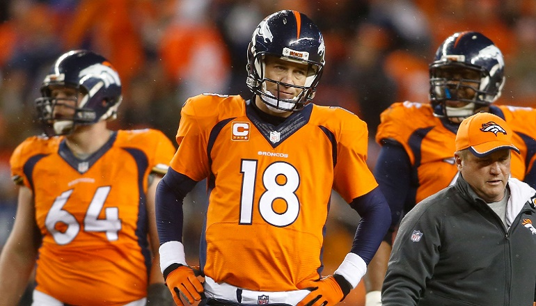Peyton Manning (18) nunca estuvo cómodo en el partido que lo enfrentó a los Colts en la Ronda Divisional.