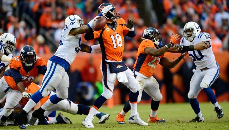 Jonathan Newsome (91) consigue alcanzar a Peyton Manning (18) y quitarle el balón de las manos. Cambió el rumbo del partido: Peyton no pudo o no se atrevió a lanzar más pases profundos.